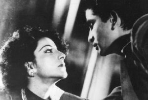 Though the Nargis-Raj Kapoor duo was a hit romantic pair, she rejects him in Aag