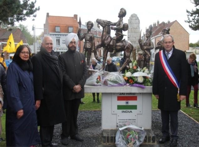 Memorabilia presented by Ramesh Vohra and Mayor of Richebourg to Apshinge village